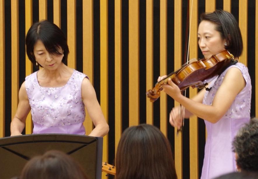 Yoshie at Podium w violinist.jpeg