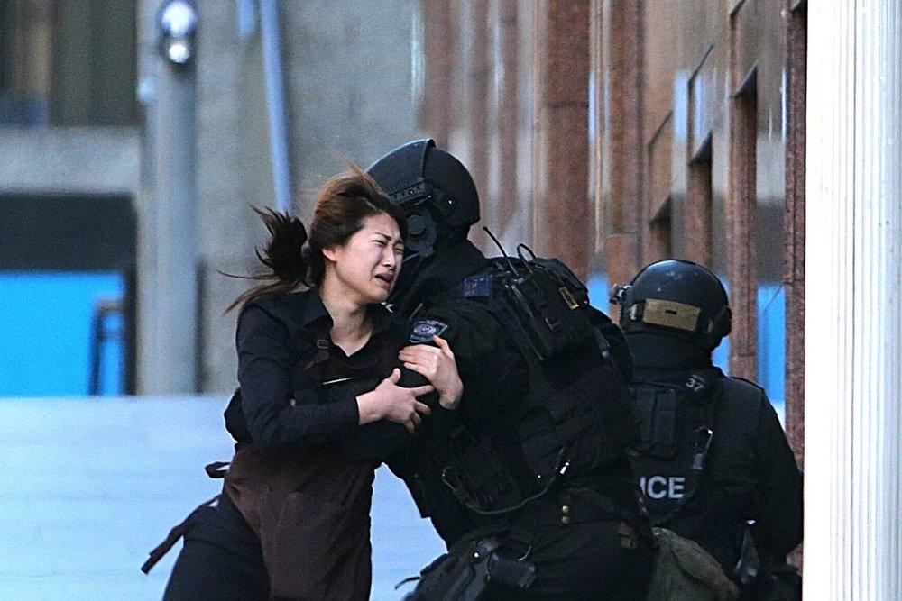 Una delle foto simbolo degli eventi successi a Sydney.