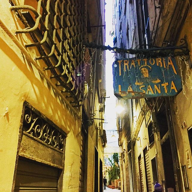 There's always some beauty in an old alley #genova #nye #2019 #old #osteria #taverna #oldcity #coolpics #coolspot
