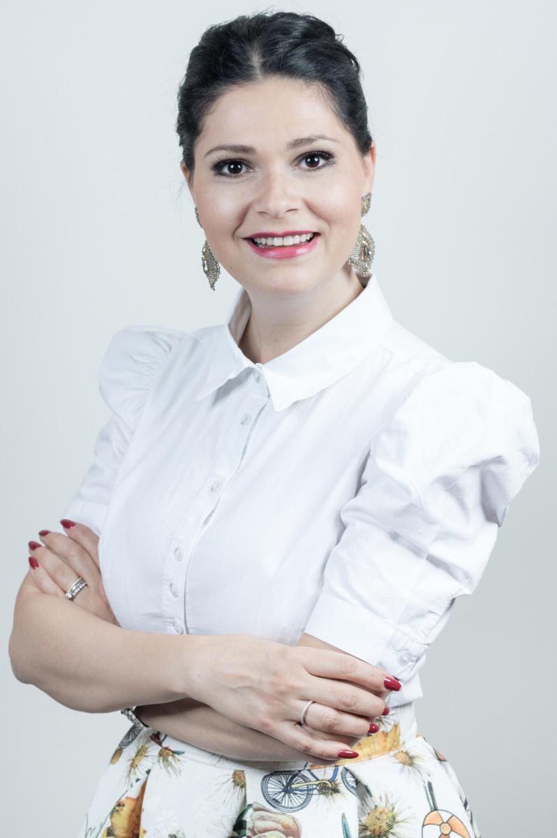 ELENA - Schon als Kind zeigte sich Elenas Leidenschaft zum Nageldesign, als sie den roten Nagellack ihrer Mutter mit blauer Tinte vermischte, da sie Violett schöner fand. Heute erstrahlt ihr Nagelstudio, das sie im Jahr 2006 – nach ihrer Ausbildung 1995 bei einem der ersten Nagelstudios in Graz – eröffnete, in genau diesem Farbton.Da sie neue Herausforderungen mag hat sie 2016 eine Ausbildung zur Wimperndesignerin absolviert.Wenn sie sich in ihrer Freizeit nicht gerade die neuesten Trends und Techniken des Nageldesigns aneignet, reist sie gerne nach Dubai, Italien oder Kroatien und ist beim Wandern auf Österreichs schönen Bergen zu finden.ZertifikatePresse