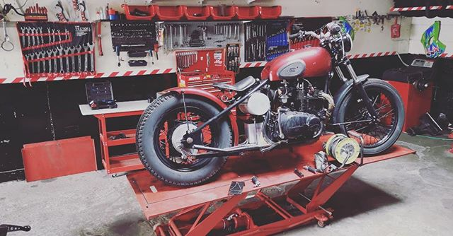 At last! She's up on the blocks @adamsgaragemechanic can wait to get this one back on the tarmac !! #spokeandstringer #bobber #tracker #projectbuild #rcoil2018 #rideculture #motorcycle #kawazaki400