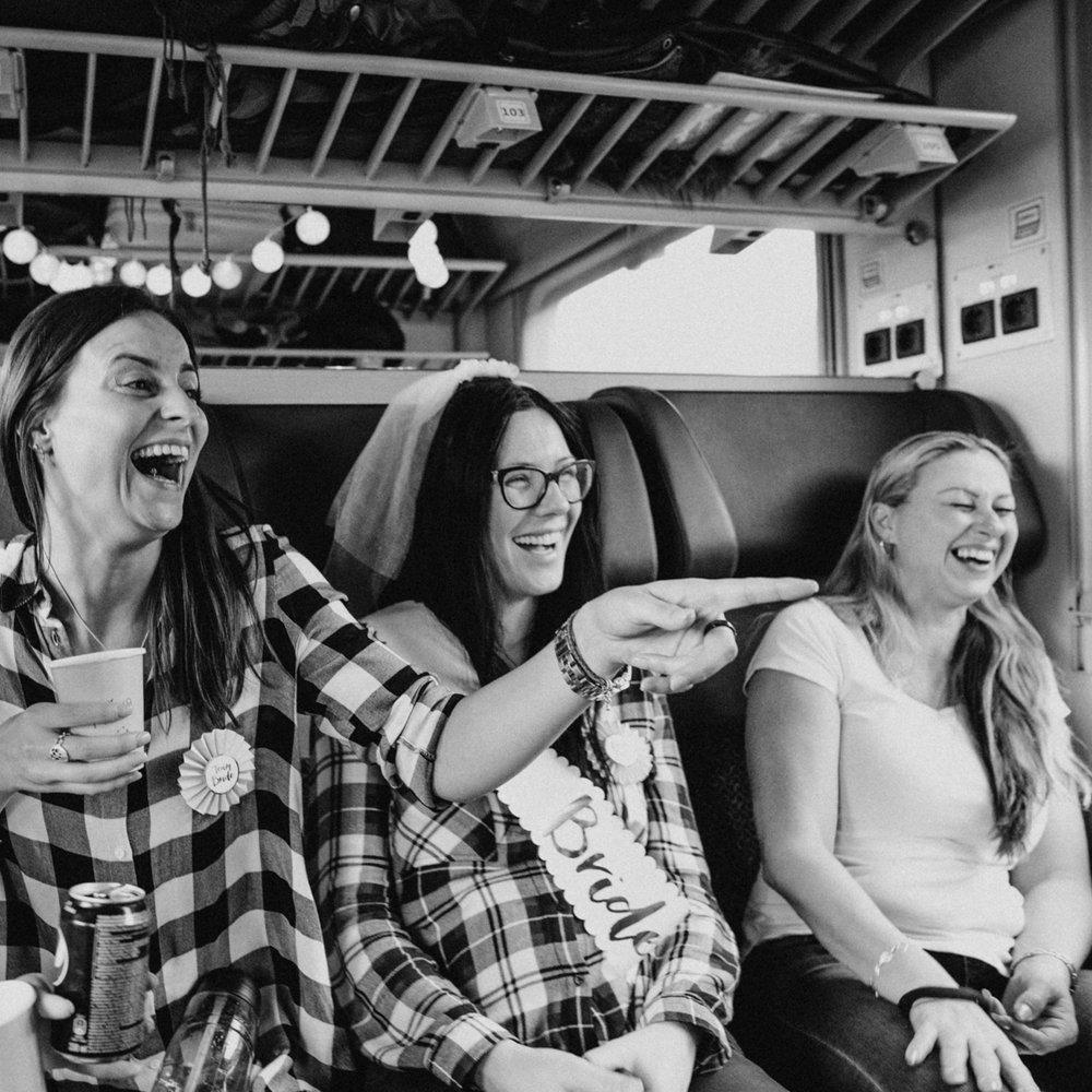 Když je nevěsta v nouzi na druhém konci republiky,  Káťa  ruší studijní volno a vyráží fotit. A jelikož o náhody není nouze, Káťa přímo ve vlaku potkává rozlučku se svobodou...