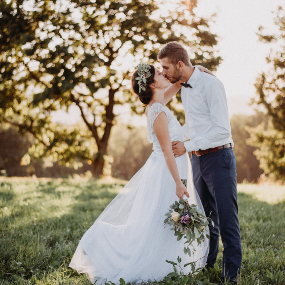 Nejkrásnější svatba (ale to říkáme o všech) pod Lysou horou, kam spolu jeli  Petr s Káťou .  A bylo to boží moc! ♥ Děkujeme za pozvání.