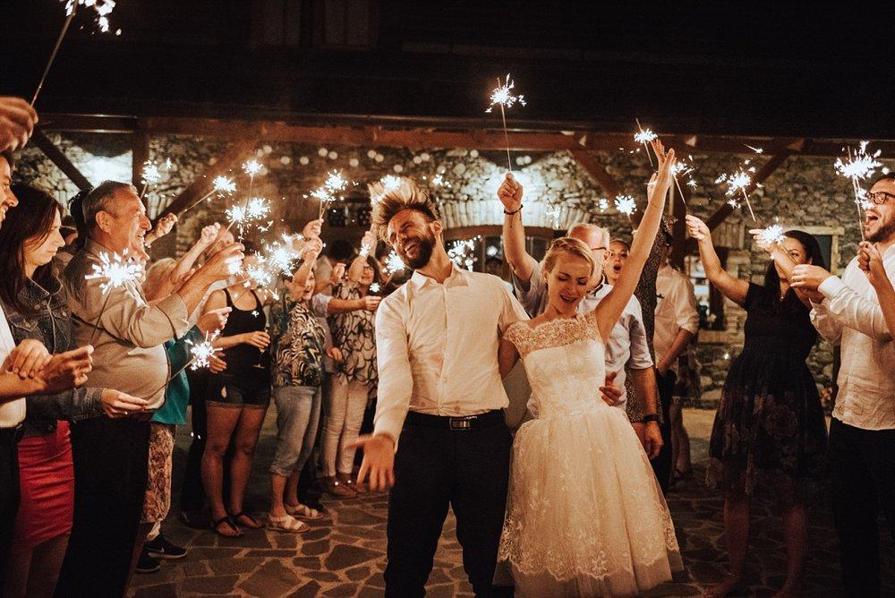 Monča & Vojta na Hodějovickém mlýně, ale důležitější než KDE je JAK, protože tohle zkrátka předčí všechny očekávání o svatbě!  Fotil Víťa ♥
