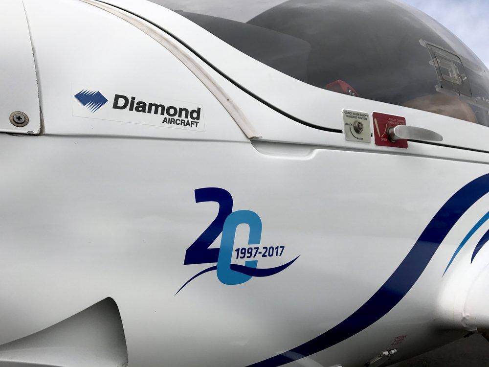 20 ára afmælismerki Geirfugls á einni af Diamond vélum félagsins