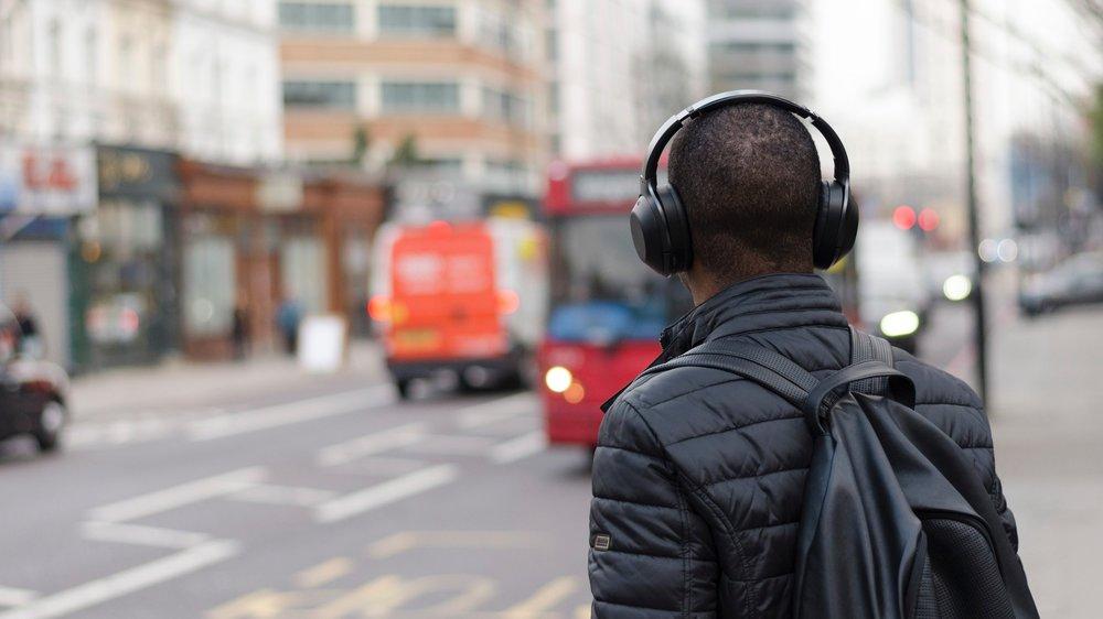 DJ Alanbre Productor y diseñador de audio. Ha producido sonidos para radio, tv, cine y teatro. Es el productor general y programador de Pasajero Radio. Twitter: @MxSonico Instagram: @DJAlanbre