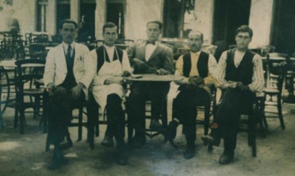 Το καφενείο του Νίκου Σακούλη στον Αι Γιώργη, από αριστερά τέταρτος ο γιος του Γιάννης 1929.