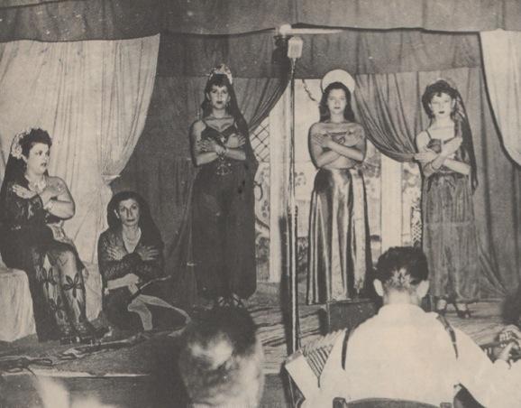 Το τσαντίρι του Παπαδόπουλου σε έργο αραβικης υπόθεσης. Αριστερά η Μαρία Παπαδοπούλου - ΘηβαίουΑρχείο Γ Χατζηδάκη.