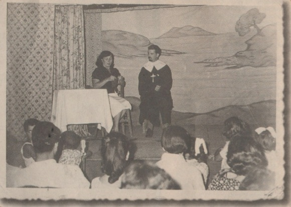 To μπουλούκι Aσλανίδη: «Eίμαι ένας δραπέτης», σε μια παράσταση στη Θεσσαλονίκη. Eπί σκηνής η Δάνου και ο Σαλαχάς.