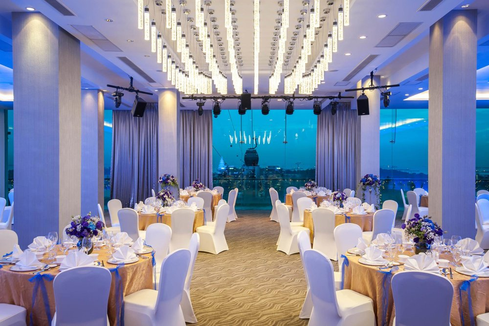 宴会厅 - 落地玻璃窗映入港湾壮美的景色,宽敞的阳台是欣赏美景、感受海风轻拂的完美地点。身处宴会厅中,您的宾客定会赞叹不已,而这处场地也将您的婚礼提升至另一个层次。