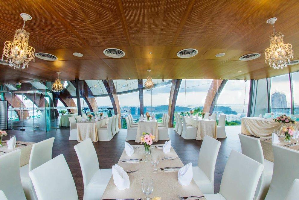 私人宴会厅 - 坐落于山顶最高处, 让美景一览无遗的落地玻璃窗,让您享受室内舒适场地的同时也体验室外婚礼的风情。