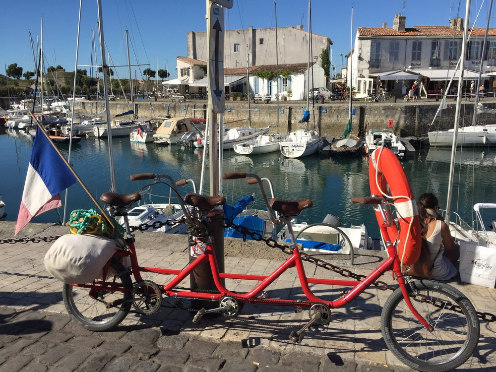 A bike we spotted when on the coast of France. Absolutely love it!