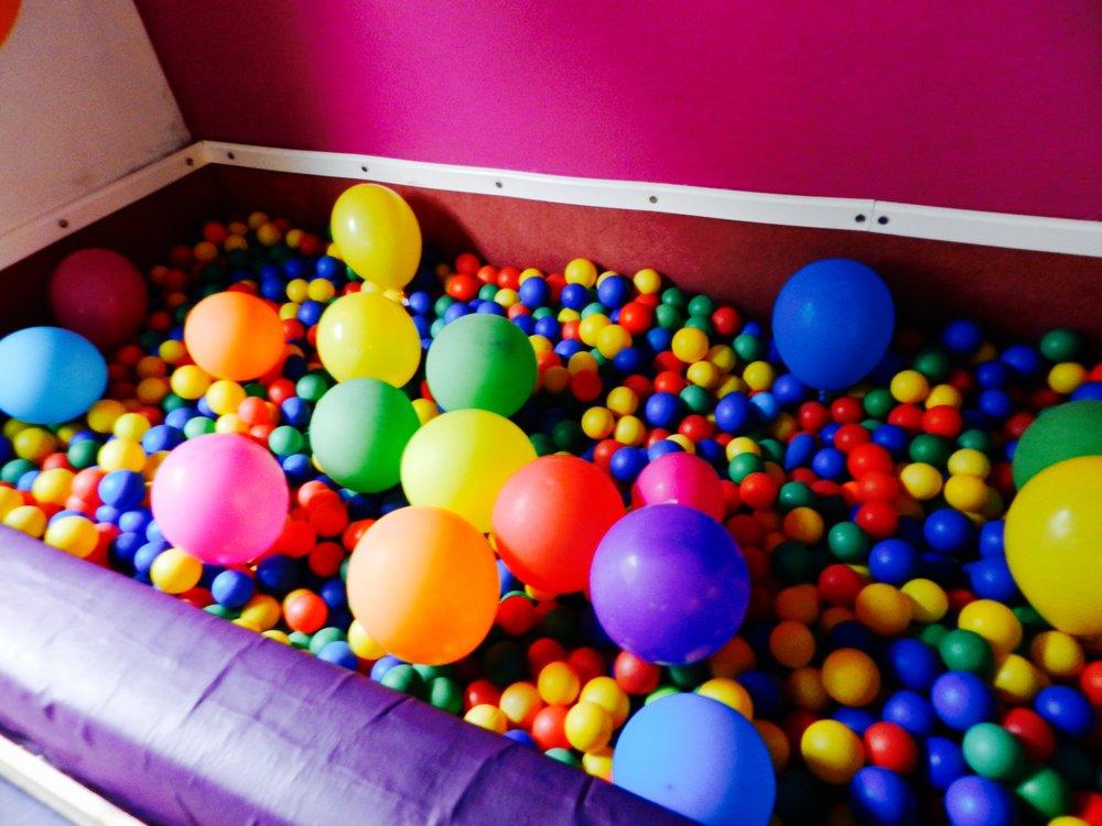 Laboratorio di motricita' - Nello spazio motorio l'obiettivo diviene quello di sviluppare le capacità motorie dei bambini attraverso giochi, esercizi e balli di gruppo che permettono di affinare tecniche di coordinamento e di equilibrio potenziando destrezza e abilità.E' considerato anche il