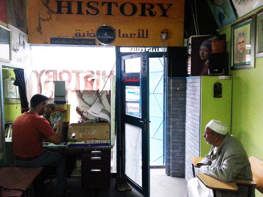 يعمل علي المعبري غالباً في المساء بمرسمه الخاص في حي الكويت، ولكنه أحياناً يعمل نهاراً، وقد يمر والده لزيارته ، ٢٠١٦