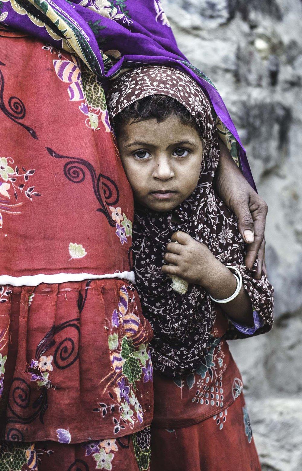 """.تقول صباح:"""" لا أعرف أي مستقبل ينتظر ابنتي. أنا لا أستطيع القراءة أو الكتابة، وكنت أحلم دائما أن ابنتي ستعوض ما فقدته أنا وسوف تذهب إلى المدرسة لتصبح متعلمة أريد هذه الحرب أن تنتهي. .""""نحن خائفون من القنابل ونحن متعبون من عدم وجود مكان نذهب إليه"""