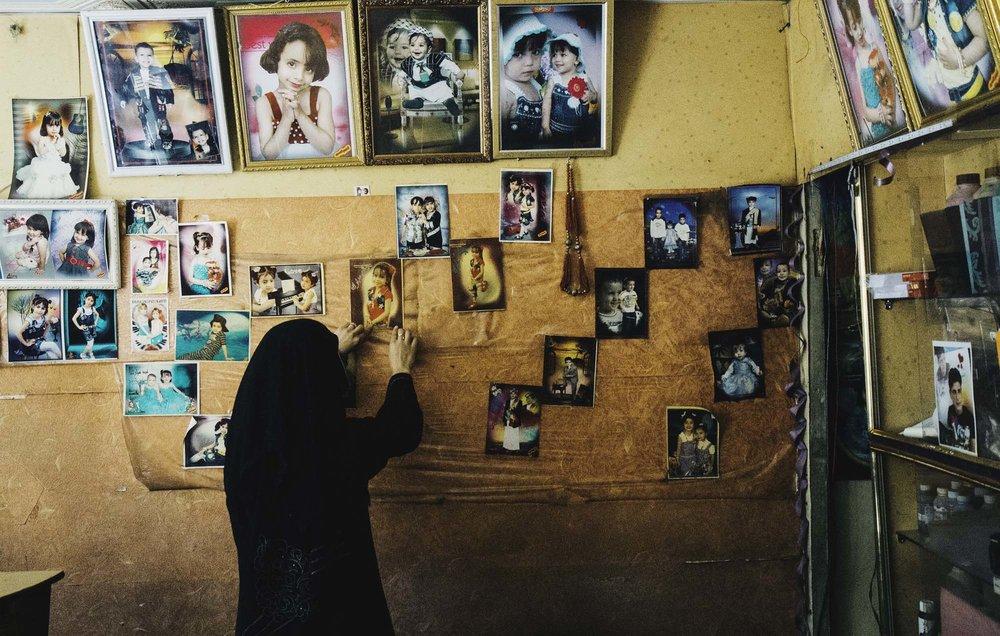 العديد من الرجال فقدوا وظائفهم جرّاء الحرب، ونتيجة لذلك أصحبت النساء مدبرات للحلول وقادرات على توفير فرص لأسرهن في اليمن. التقطت هذه الصورة في استوديو صغير للتصوير الفوتوغرافي في صنعاء حيث تم تدريب أمل لتكون مصورِّة. لقد شاهدتها وهي تلتقط صور بطائق الهوية. هيئتها وهي تمسك الكاميرا معبِّرة جدا لا سيما وهي تحاول من وراء ذلك أن تكسب لقمة العيش