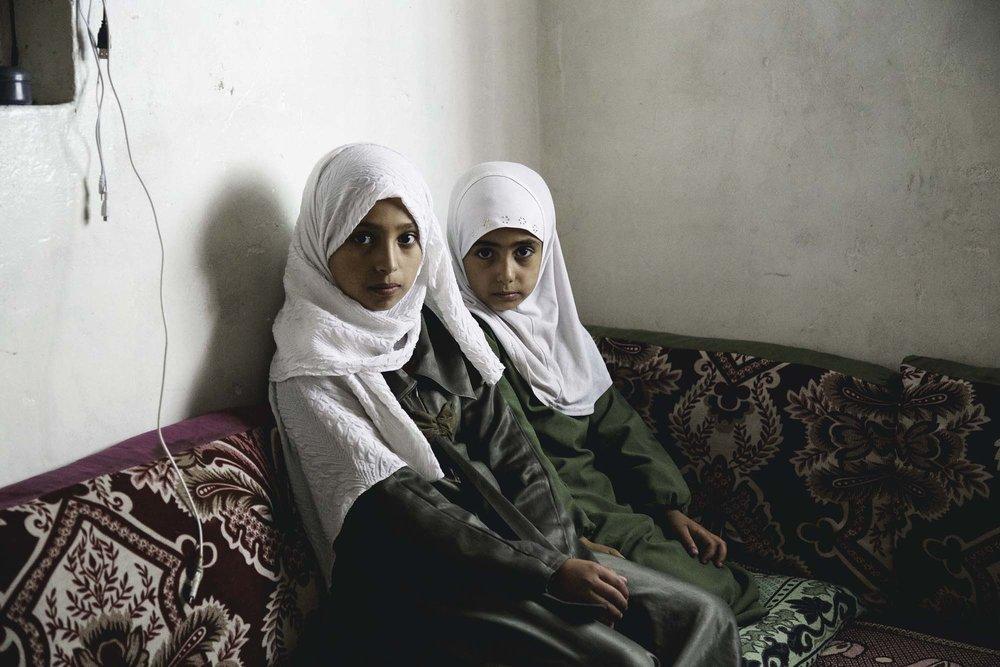 أخذتُ هذه الصورة للفتيات الصغيرات عند عودتهن من المدرسة. كنتُ سعيدة جدا لرؤيتهن في زيهن المدرسي. بالنسبة لي كانت هذه بارقة أمل. فطوال عام تقريبا تم إغلاق جميع المدارس بسبب الحرب. وعلى الرغم من الصراع والمحن، فإنَّ شيما و خلود .عازمات على أن لا يكنَّ عاجزات بل أن يواجهن القبح بكل ما أتين من طاقة