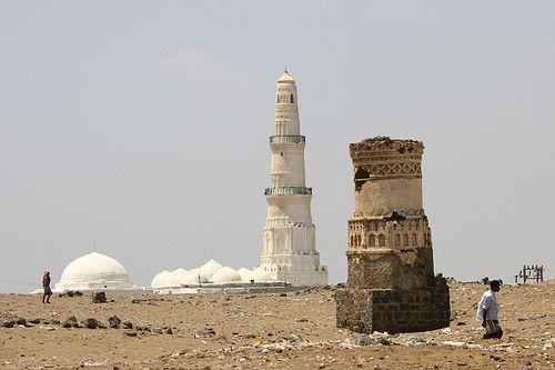 """""""مسجد الشاذلي يحيطه فراغ وخراب وبقايا أعمدة متأكلة. """"ايرك لافورجي"""
