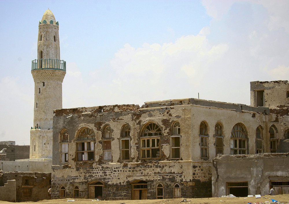 The first floors of mansions are buried under the sand next to al-Rahma mosque (Eric Lafforgue).