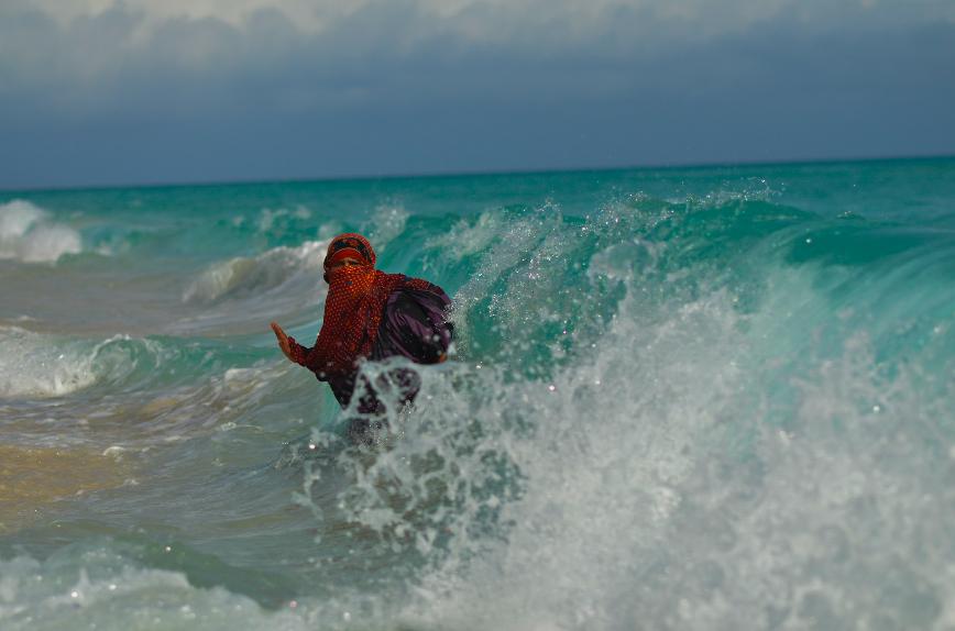 ديطواح لاجون ، سقطرى- اليمن، في التاسع عشر من مايو 2014. حوالي منتصف اليوم. سعدية تغتسل في البحر العربي. الماء النقي نادر في محيط لاجون، و لذلك فسعدية وأطفالها يستعملون ماء البئر المالحة القريبة من منزلهم من أجل الاستحمام وغسل ملابسهم