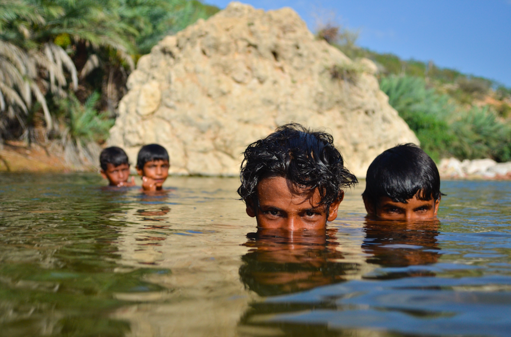 وادي احرير ، سقطرى ، اليمن ، في السابع من مايو 2014. أطفال يلعبون في وادي احرير في جزيرة سقطرى .