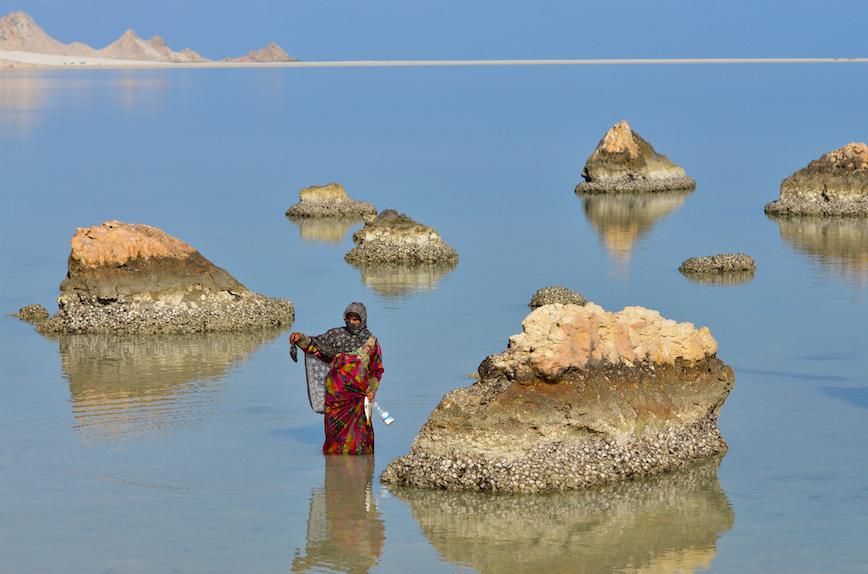 ديطواح لاجون ، سقطرى -اليمن، الثامن من مايو ، 2014. سعدية تحمل مخلوقا بحريا أسود في الشعب المرجانية. سعدية تقول إن السائحين الصينيين يعتقدون أن لهذا الكائن خصائص طبية