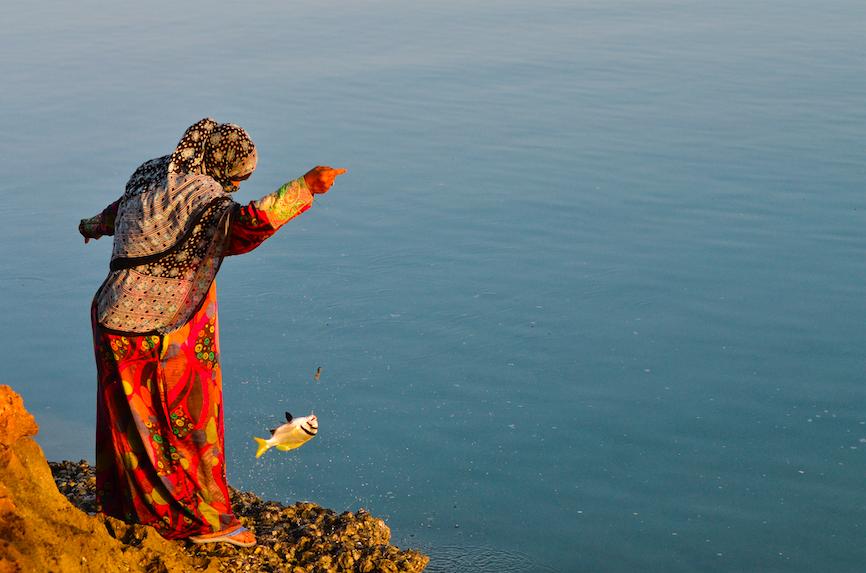. ديطواح لاجون ، سقطرى – اليمن، الثامن من مايو 2014. سعدية تمشي لمدة ساعة حتى باب الخور من أجل اصطياد السمك طعاماً لعائلته