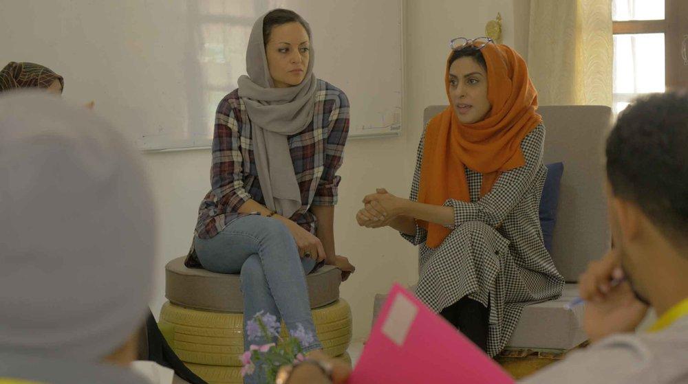 سارة اسحاق (يسار)، يسرى اسحاق (يمين) - الصورة بإذن من أفلام قُمرة وقاعدة الفن اليمني