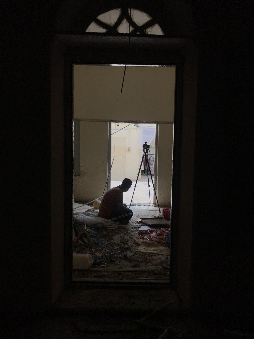 عمرو جمال يقدم بارقة أمل من وسط الأنقاض والدمار. صورة من الكواليس بإذن إسماعيل سليم إسماعيل