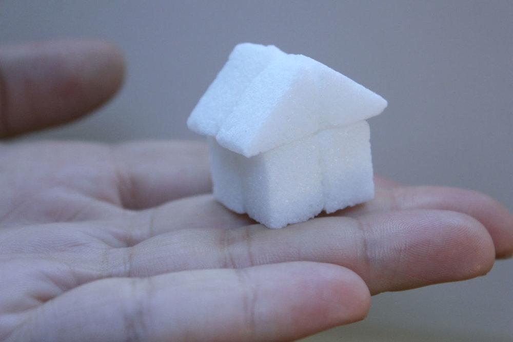 Ana Hortides_O MENOR ABRIGO I 2015 %5C açúcar e cola branca %5C 3x3x2cm.jpg