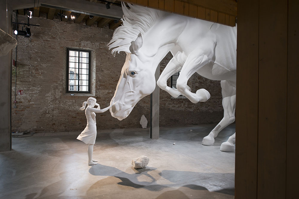 Claudia Fontes,   The Horse Problem,   2017. -- Bienal de Veneza 2017.  Imagem via Colossal.