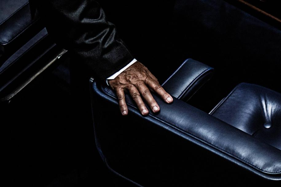 Fotografia da série    A máscara, o gesto, o papel     -  parte da exposição  Corpo a corpo: a disputa das imagens, da fotografia à transmissão ao vivo  - IMS Paulista, São Paulo, 2017.