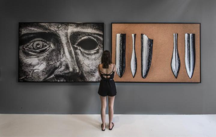 obras  Theatre, or Cave ( 2014) e Theatre, or Eyes (2014) - parte da exposição  Singularidades/Anotações - Rumos Artes Visuais 1998-2013  - Itaú Cultural, São Paulo 2014.