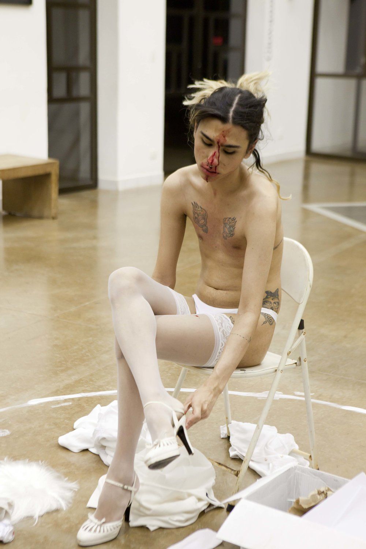 Yura Alice   Meu nome é Neusa, venho em paz  , 2014 performance Registro fotográfico: Vânia Jucá