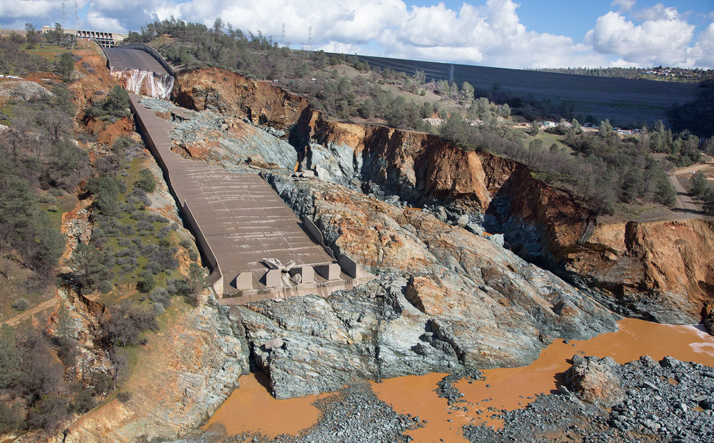 Oroville_Dam_spillway_damage_27_Feb_2017.jpg