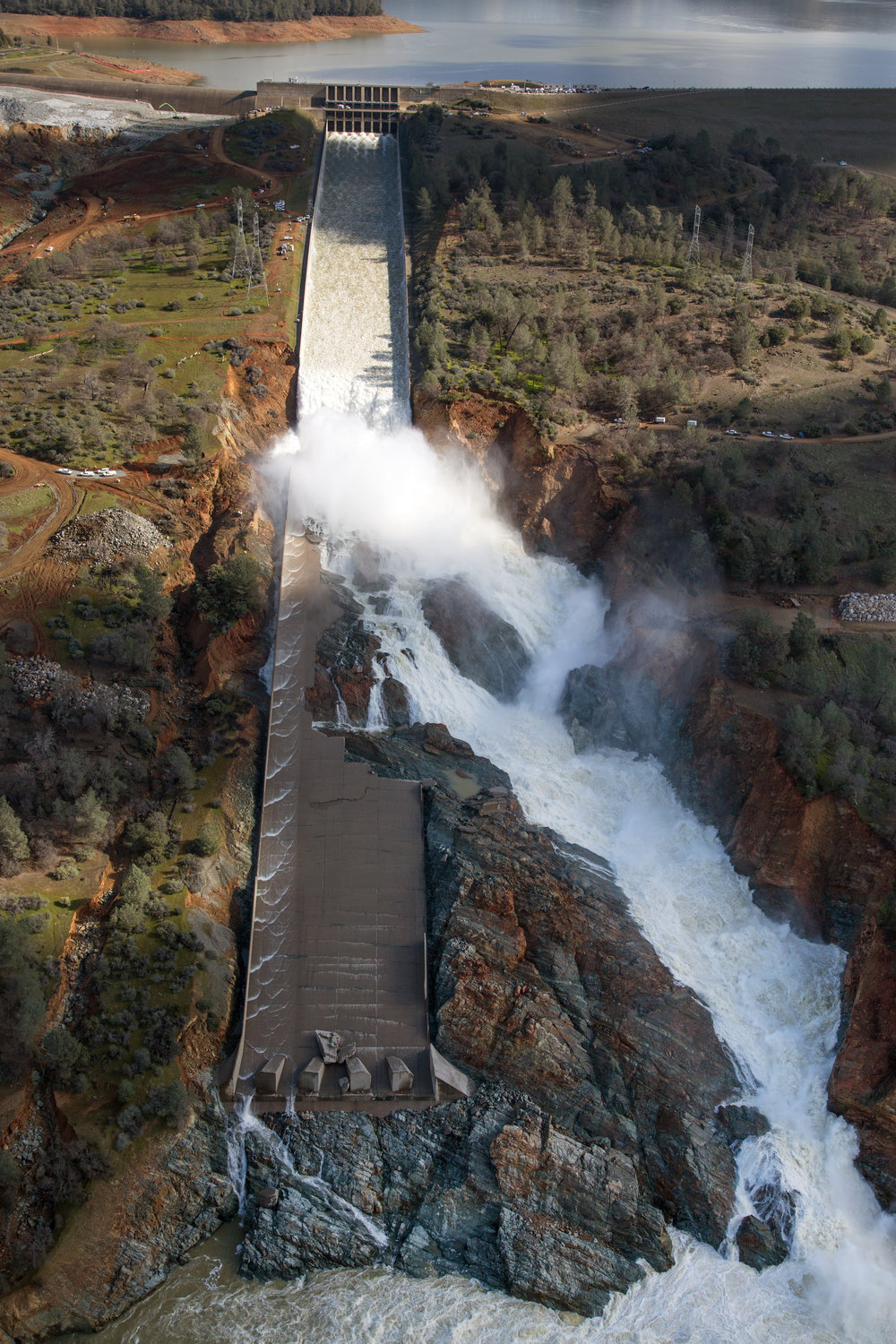 Oroville_Dam_spillway_damage_February_27_2017.jpg