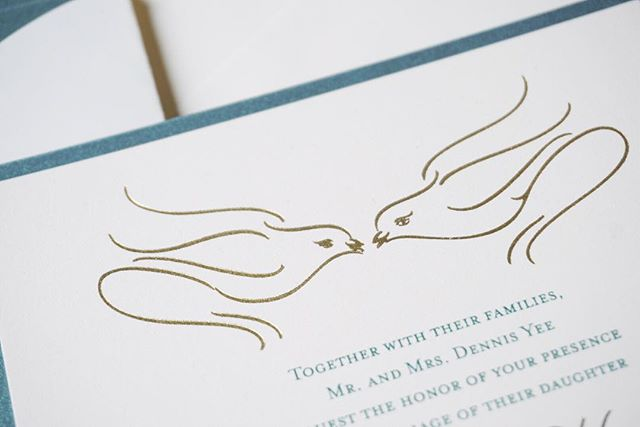 When the bride and groom first bonded over their pet birds, it was as if fate was calling to me - these flourished birds were the perfect way to pay homage to their bond and I love how they turned out with the foil pressed impression! ⠀⠀⠀⠀⠀⠀⠀⠀