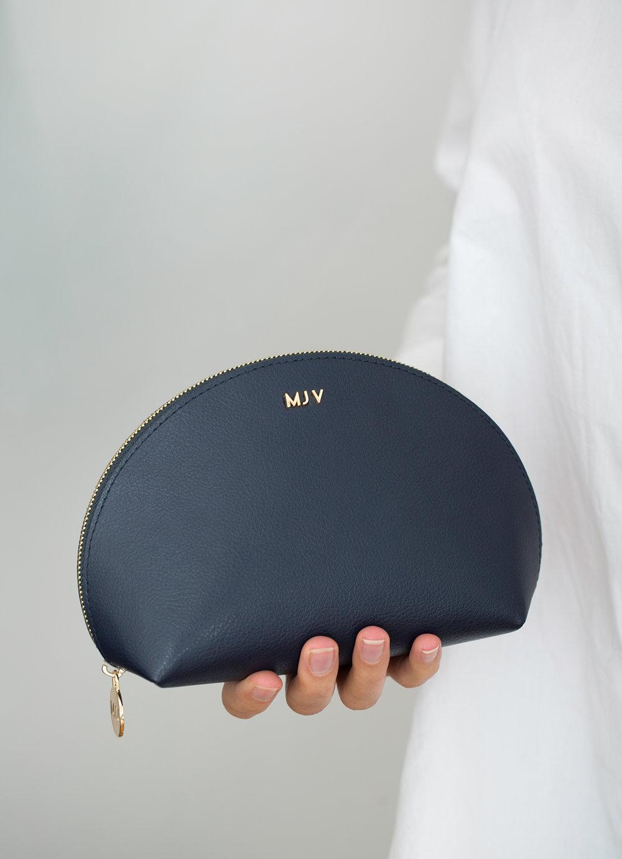 Diese Tasche bietet Platz für deine Kosmetik-Essentials. Ob für Make-Up, Pflegeutensilien oder alles andere, was du unterwegs benötigst und schnell zur Hand haben möchtest.Mit deinen Initialen versehen wird die Cosmetic Pouch zu deinem persönlichen Begleiter. -