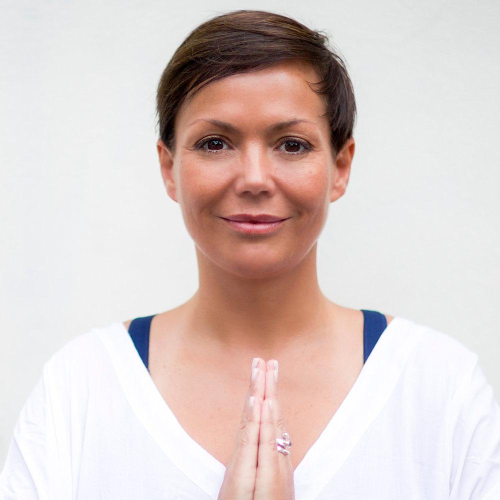 """Trine Berge   Trine Berge er yogalærer, forfatter og rawfood-kokk, og kanskje en av Norges mest kjente livsstils veileder. Trine har erfaring med kosthold, meditasjon og yoga i snart 20 år, og har gitt ut flere helse- og livsstils bøker som inneholder blant annet bestselgeren «Supermat» og hennes siste bok, «Rawfood». Trine er kjent for å spre det """"glade budskap"""" om hvordan du vitaliserer deg med en sunn livsstil uten en streng pekefinger, men basert på glede og lyst!   Trine underviser Kundalini Yoga på torsdag og holder foredraget """"Mat som medisin"""" på lørdag"""