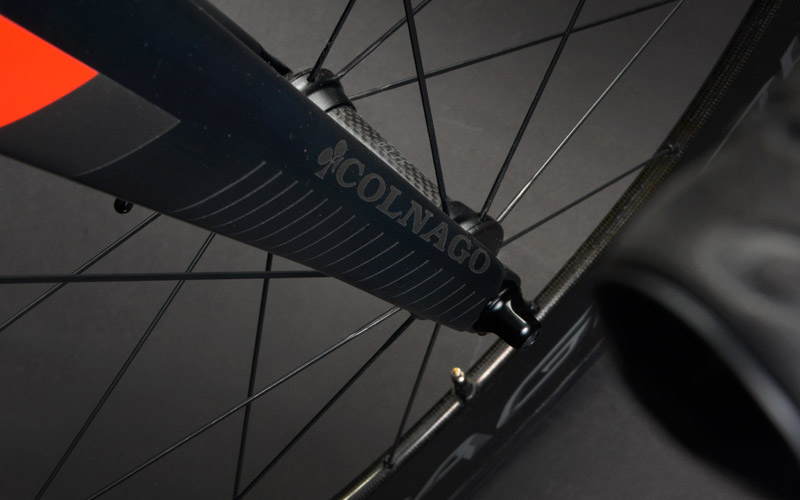 Fork - Monocoque carbon has been conceived to integrate in the best way with the frame.The straight and crushed sheaths for 90% of their length offer excellent qualities of reactivity and precision when cornering, as well as a considerable aerodynamic advantage compared to a fork with traditional design.The front section is extremely contained.