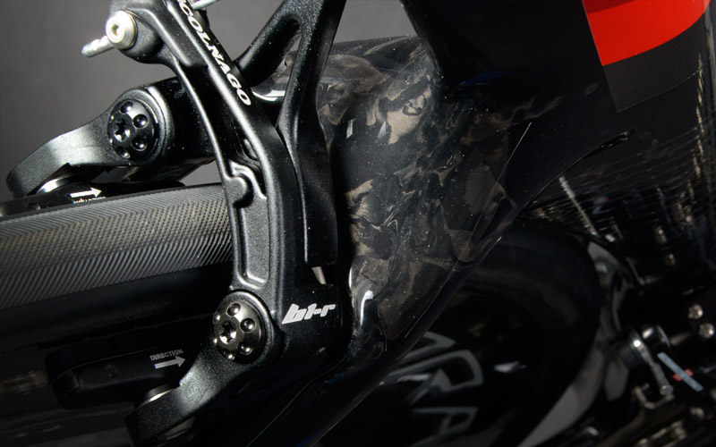 Direct Mounting Brake System - The main advantage of this brake derives from the better integration, structural and aerodynamic, with the frame and the fork.In terms of performance, the double pin translates into a more rigid one-pin system, more powerful than the latter and light, with superior aesthetic cleanliness.