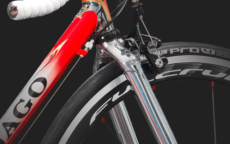 Precise Fork - It was introduced at the end of the '80s and, subsequently, will characterize all the Colnago production.It has straight stems, which was revolutionary for its time, improves the cushioning performance, and the general control of the bike.One-inch sheaths and sleeve are made of steel.