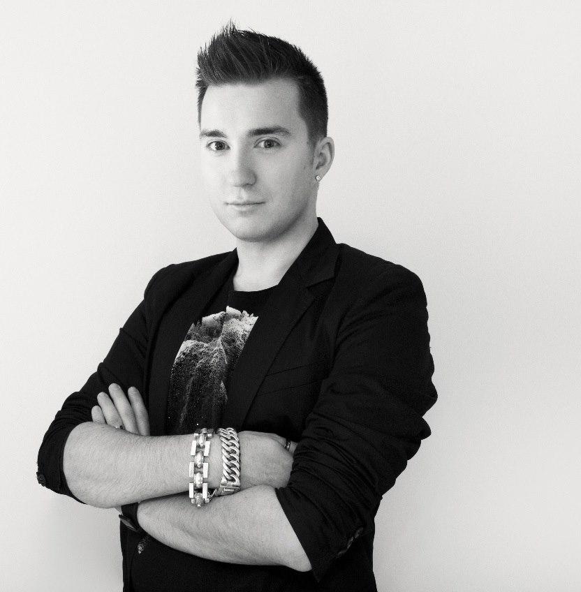 """Bjorn Kersten - Al sinds zijn vroege jeugd staat het leven van Bjorn Kersten in het teken van mode. Zijn eerste professionele stappen op het modepad zet hij als hij de opleiding Fashion & Design gaat volgen aan het Koning Willem 1 College. Tijdens zijn studie heeft hij deelgenomen aan het Nederland 3-programma """"Xperience"""", een talentenjacht met als hoofdprijs een stageplaats bij couturier Addy van den Krommenacker. Uiteindelijk is hij door Addy verkozen tot winnaar van het programma. Direct na zijn studie heeft Bjorn deelgenomen aan het RTL5 programma Project Catwalk. In de halve finale heeft hij het programma moeten verlaten en is Bjorn als vierde geëindigd. Vanaf dat moment neemt zijn carrière een grote vlucht.Web:www.bjornkersten.nl"""