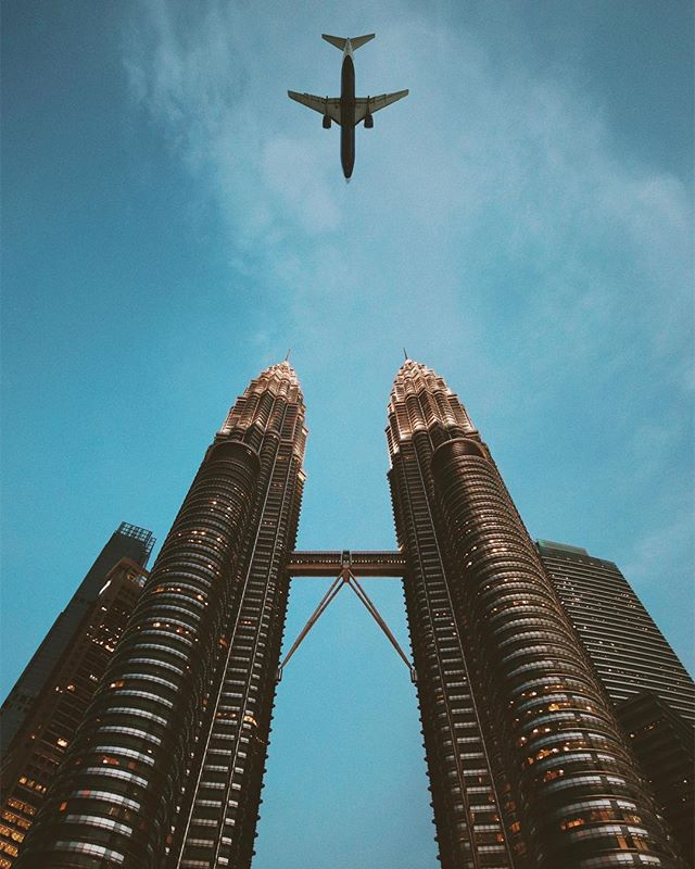 Petronas • • • • #kualalumpur #malaysia #petronas #petronastowers #sky #urban #streetphotography #travel #visualsoflife #eclectic_shots #vsco #plane #airplane #planephotography #skyscraper #cityscape #hypebeast #art #artist