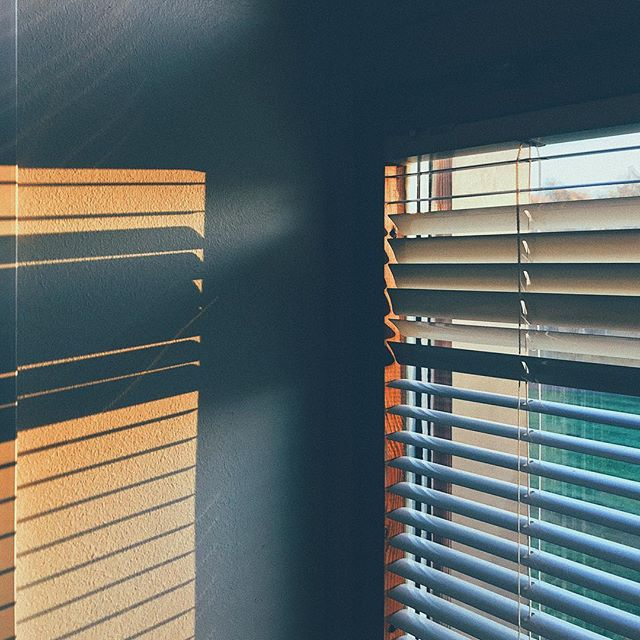 💡 • • • • #shadow #shadowphotography #shades #blinds #fall #morning #mist