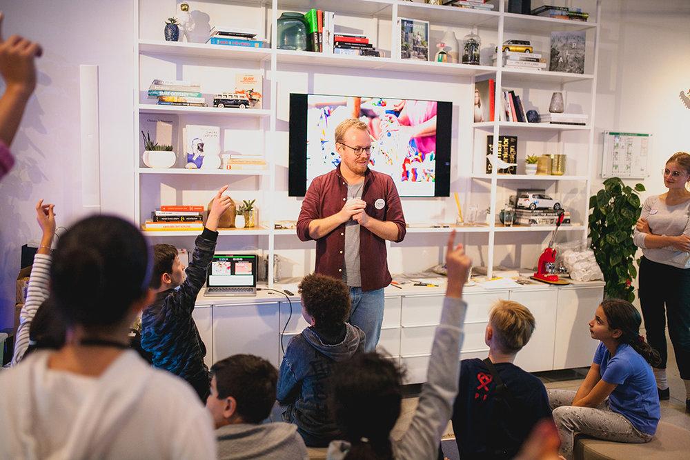 Pascal moderiert die nächste Kreativsession an – ein Projekt mit PxP Embassy e.V. & Volkswagen We, mit Unterstützung vom Berliner Ideenlabor