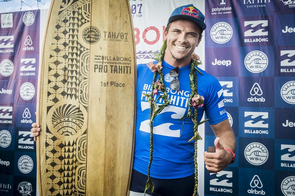Julian Wilson campeão troféu Tahiti Teahupoo 2017.jpg