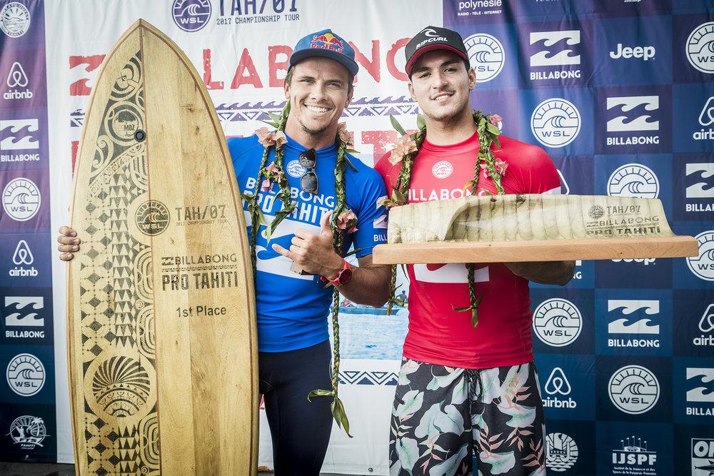 Gabriel Medina e Julian Wilson final em Teahupoo Tahiti 2017.jpg