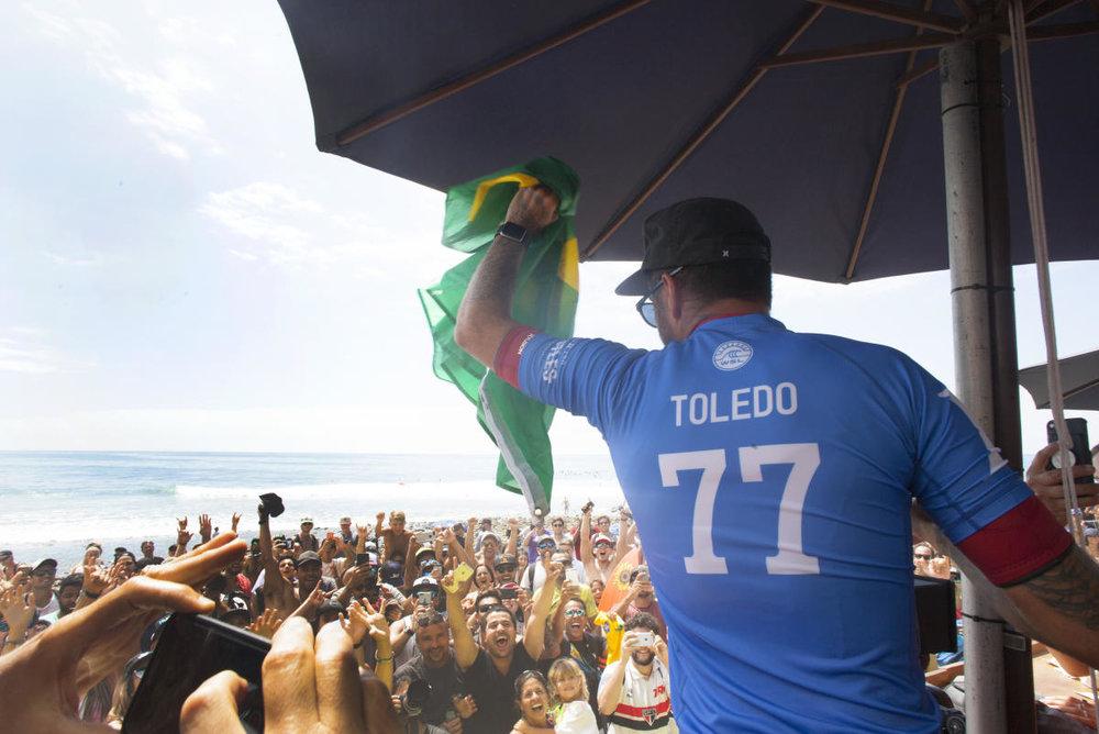 Filipe Toledo comemora seu segundo título do ano. E esta, ainda, não é a melhor temporada dele.