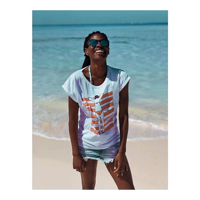 """a good laugh is sunshine in the house"" - William Makepeace . . #laugh #sunshine #sunshinegirl #beauty #sun #beach #tshirt #ootd #fashionblogger #cartepostale #styleblogger #frenchgirl #frenchies #frenchstyle"